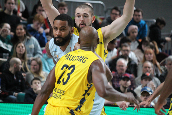 Hanse Game: Eisbären Bremerhaven vs. EWE Baskets Oldenburg